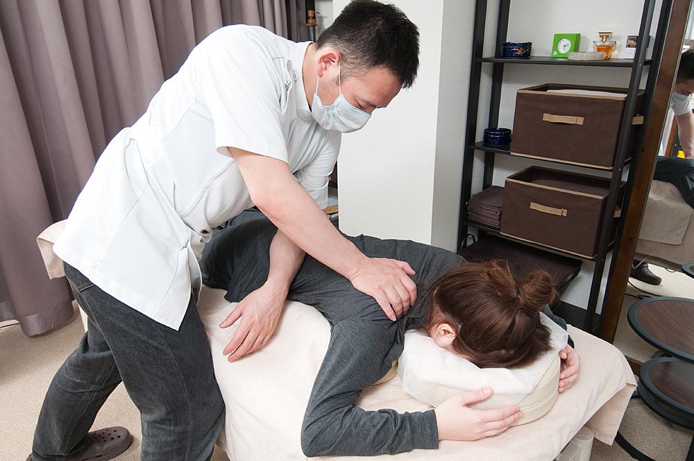 千代田区の整体院「ほぐすん」がおこなう反り腰の施術・矯正