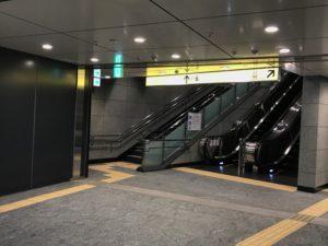 上のイラストでは、出口1番からの行き方を書いていますが、出口1番・2番は階段ですので、出口6番のエスカレーターの方が楽に地上に行けておススメです♪
