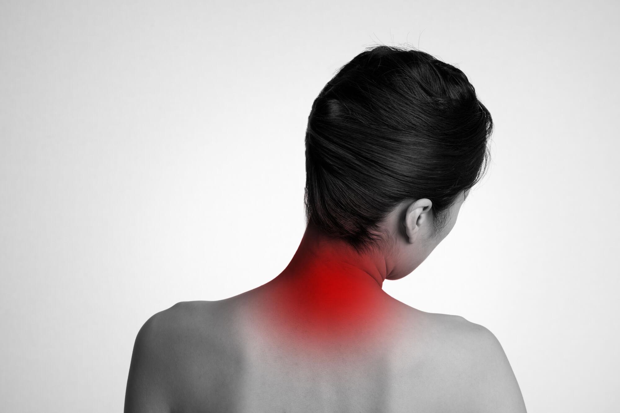 ぎっくり首の症状をかかえる女性