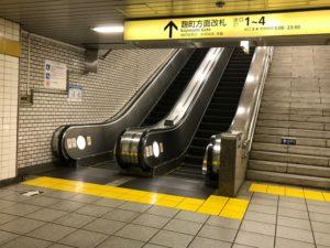 有楽町線 麹町駅を降りたら、「出口1・2」方面の改札に上がっていきます。①