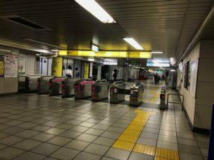 有楽町線 麹町駅を降りたら、「出口1・2」方面の改札に上がっていきます。②