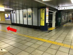 改札を出たら左に曲がって、表示盤の案内にしたがい出口1へ上がってください。①