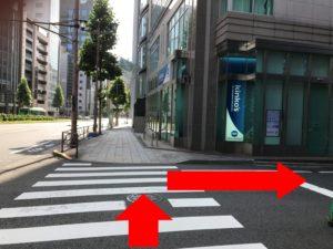 「kinko's」が見えたら、手前の交差点を右に曲がります。
