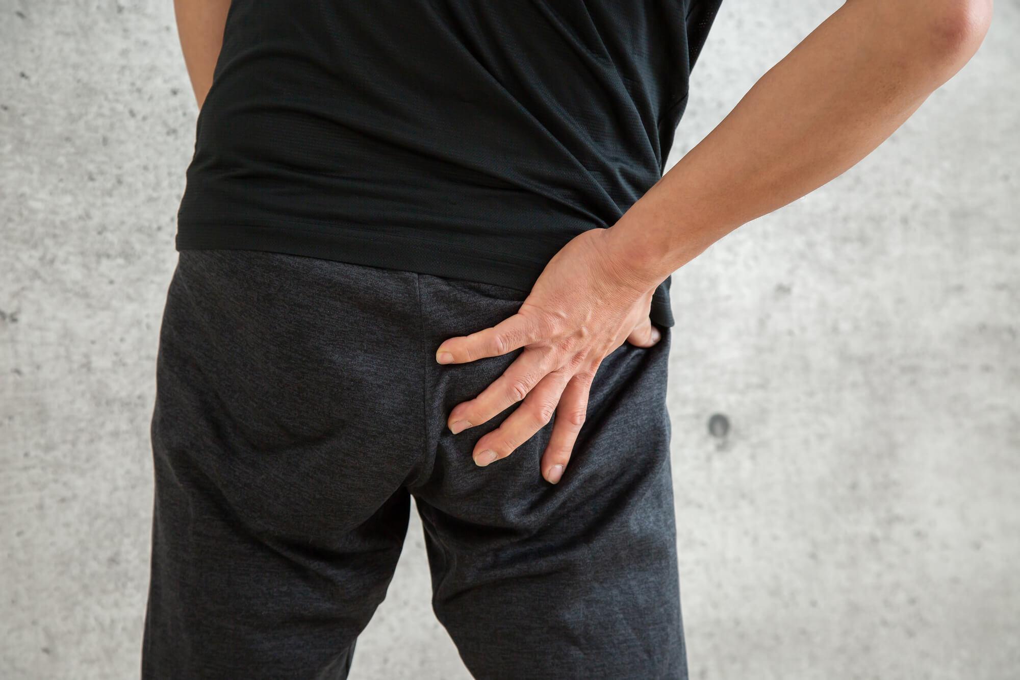 坐骨神経痛に苦しむ男性