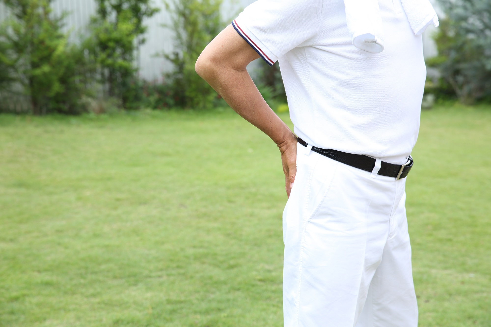 ゴルフ腰痛に苦しむ男性